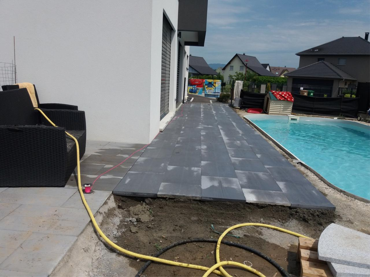 Pose de dalles au bord de piscine for Pose de piscine